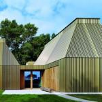 Neubau eines Museums in Ahrenshoop mit Tageslicht im Inneren.