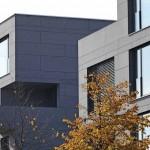 Die Plastizität der Fassade wird durch tief eingeschnittene Loggien mit Balkonen und Einschnitte der Dachterrassen verstärkt. Bild:Conne van d'Grachten, Ulm