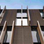 Bewegliche Lamellen sorgen für Struktur an der Fassade. Bild: Zooey Braun