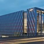 Biegesteife Aluminiumverbundplatten geben der Fassade eines Baumarkts einen eleganten Look. Bild: Alucobond