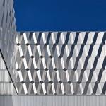 Dreidimensional geformte, in der Projektionsfläche rechteckige Fassadenelementen basieren auf reflektierenden Aluminium-Kassetten. Bild:Alucobond
