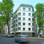 Als Eckgebäude nimmt das sechsgeschossige Wohn-/Geschäftshaus eine exponierte Lage an der Friedenstraße ein. Bild: Brillux