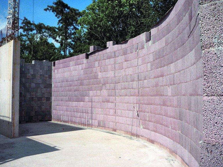 Mauer aus roten Leichtbetonblöcken. Bild: Bisotherm
