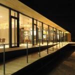 Bei Nacht strahlt das Gebäude weit in die Nacht und erlaubt durch seine bodentiefen Glaswände tiefe Einblicke. Bild: Ott Architekten