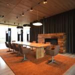 Konferenz-/Essbereich mit Feuerstelle. Bild: Ott Architekten