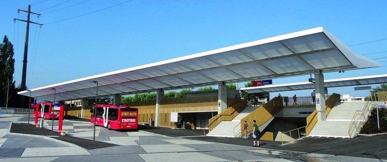 Der neu gestaltete Bahnhofsbereich bietet deutlich mehr Aufenthaltsqualität als vorher. Bilder: HP Grasser AG