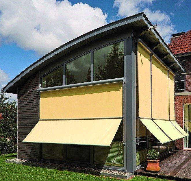 Abklappbare Fenstermarkisen an einem Anbau mit großflächiger Verglasung. Bild: MHZ