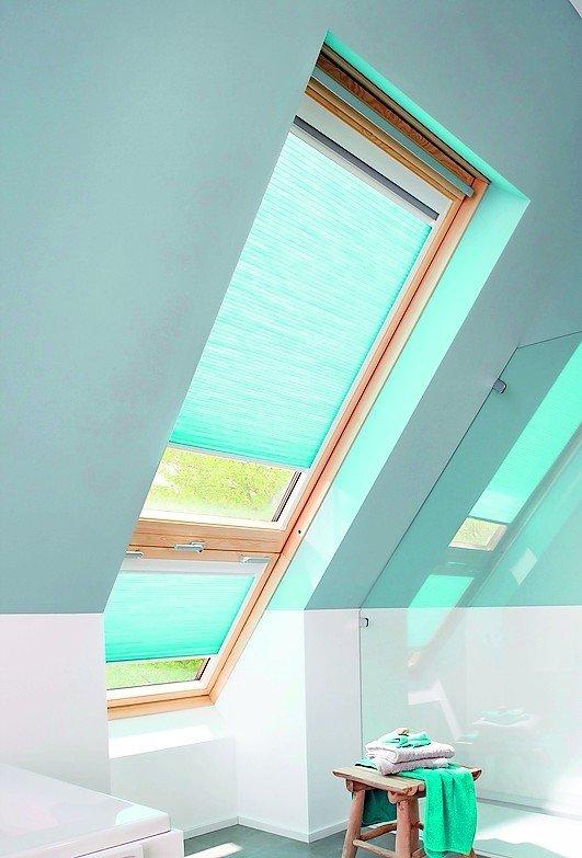 Badezimmerfenster in der Dachschräge, mit integriertem Sonnenschutz. Bild: Alugard