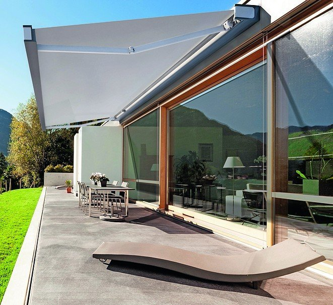 Terrasse mit großflächiger Markise. Bild: KE Protezioni Solari