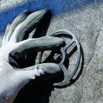Ein Befestigungsring wird auf einem Isoliermaterial angebracht. Bild: Rockwool