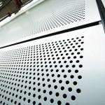 Eine mit hinterlüfteten Lochblechen verkleidete Fassade. Bild: Rockwool