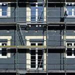 Neben dem umlaufenden Brandriegel oder dem Sturzschutz ist die dreiseitige Einhausung jeder Öffnung eine dritte Möglichkeit für die oberen Etagen, hier ausgeführt mit Polyurethan-Hartschaum in einem EPS-System. Bild: Puren