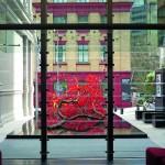 Lamellenfenster geben den Blick auf ein Kunstobjekt frei. Bild: Colt International