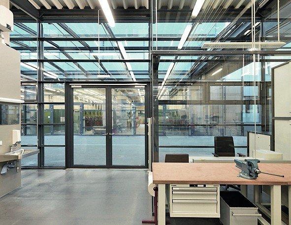 Eine Werkstattlandschaft mit Glastrennwänden. Bild: Jansen AG