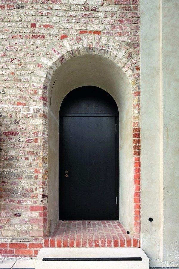 Nach aufwendigem Prüfverfahren ist Schörghuber einer der wenigen Hersteller, die eine Außentür aus Holz mit T30-Zulassung anbieten können. Bild: Schörghuber