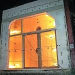 Eine Brandtestanlage mit einer zu testenden Glaswand mit Türen. Bild: Variotec