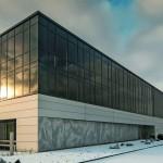 Verschiedene Metallprofilierungen und Strukturen prägen die Fassade des Produktios- und Verwaltungsgebäudes. Bilder: Ott Architekten