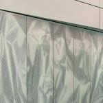 Wie zerknüllte Alufolie wirken die von dem Künstler Felix Weinold gestalteten Fassadenbleche. Bild: Ott Architekten