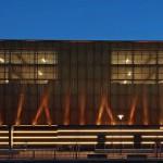 Lichtspiel bei Nacht: 60 Strahler erhellen das Gebäude und die Durchlässigkeit der Fassadenelemente wird sichtbar. Bild: © Conné van d´Grachten/HD Wahl