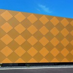 Der Neubau für den Musikverein Zwettl mit seiner schlichten geometrischen Form fällt auf: Die Fassade ist mit goldglänzenden Rauten gestaltet – abgeleitet von den Blechblasinstrumenten. Bilder: Prefa