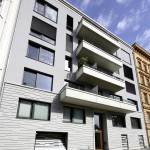 Das Garagentor fügt sich mit zwei Nebentüren optisch in die Fassade ein und setzt auch farblich leise Akzente. Bild: Käuferle GmbH & Co. KG