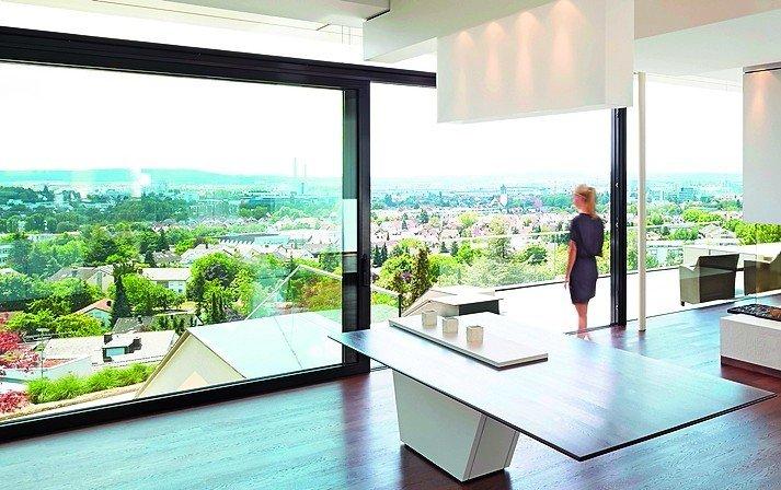Großflächige Schiebetüren liegen im Trend. Bild: LEE+MIR-Architekten / Rexer Fensterbau / Fotografie Kratzenberg
