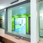 Ein großes Schiebefenster an einer Krankenhausrezeption. Bild: Hoba