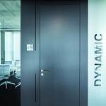 Die Portaltüren integrieren sowohl das Technikpaneel für die Elektroinstallation als auch das fecoair-Überströmelement mit frontseitig vertikaler Schlitzung. Bild: Nikolay Kasakov www.kasakov.de