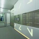 Der Eingangsbereich folgt der Geometrie des Gebäudes, aufgelockert durch eine diffuse Illumination des unsichtbaren Beleuchtungssystems. Bild: Fotograf Voncent Fillon