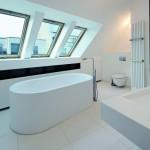 Porenfrei-hygienische Oberflächen: Maßgeschneiderte Möblierung des Badezimmers mit HiMacs. Bild: Fotograf Vincent Fillon