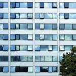 Das Hochhaus der Technischen Fakultät erscheint in strenger Gliederung und ist somit gegenüber dem Gebäude der Architekturfakultät deutlich differenziert gestaltet. Bild: ATP/Thomas Jantscher