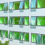 Im geöffneten Zustand fahren die speziell entwickelten Senkklappfenster mit ihrer Unterseite leicht aus der Fassadenebene, so dass auch bei schlechter Witterung gelüftet werden kann. Bild: ATP/Thomas Jantscher