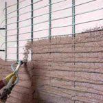 Gipsputze können auch bei den für Wandheizungen typischen größeren Putzdicken meist noch einlagig verarbeitet werden, was den Bauablauf beschleunigt und Austrocknungszeiten reduziert. Bild: Knauf Gips