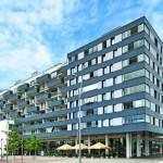 An einem Wohngebäude in Wien bieten flexible Glas-Faltwände als Loggiaverglasungen Schutz vor Straßenlärm und schaffen zugleich lichte Freiräume. Bilder:Solarlux