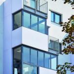 Die Loggien des 3. und 4. OG des zur Aspernstraße ausgerichteten Gebäudeteils erhielten flexible Glas-Faltwände vom Typ SL 35. Bild:Solarlux