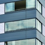 Schallgeschützte Wohnungen: Alle Elementprofile, Blechverkleidungen und Leisten wurden passend zum Entwurf in Graphitgrau ausgeführt. Bild:Solarlux