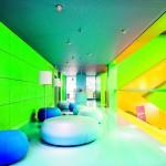 Akustik-Konzept: Holzwolle-Platten an den Wänden wirken offenen Büros und einer schallharten Stahltreppe entgegen. Bild: Knauf AMF