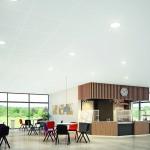 Eine Cafeteria mit stockwerkstiefen Fenstern. Bild: Rockwool Rockfon