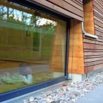 Tiefliegende Öffnungen für neugierige Kinderblicke. Bild: Liebel/Architekten BDA