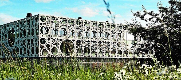 Der Neubau mit reizvoll gestalteter Fassade verteilt sich mit insgesamt 20000 m² Fläche auf drei Ebenen, davon entfallen 6000 m² auf den Laborbereich. Bilder: Joergen True
