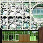 Vor die Glasfassade wurde ein Screen aus perforierten weißen Betonelementen gehängt. Ergänzend dazu kontrastiert der Sockel durch Corten-Stahlpaneele. Bild:Joergen True
