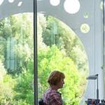 Die prägnanten Fassadenperforierungen sorgen auch von innen für lebendige Ausblicke und Schattenspiele. Bild:Joergen True
