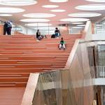Zudem bestimmt die gebäudehoch aufsteigende, skulpturale Treppe den Innenraum. Bild: Joergen True