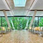 Im Speisesaal sorgen schräge Sichtbetonstützen aus Weißzement für ein offenes Raumgefühl. Bild: Schöck Bauteile GmbH
