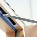 Integrierte Türschließer lassen sich praktisch nur noch an der im geöffneten Zustand sichtbaren Gleitschiene erkennen. Bild: Geze