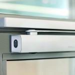 Türschließer fügen sich bei aufliegender Montage gut in die Linearität der funktionalen Gestaltung von Metall-Rahmentüren ein. Bild: Geze