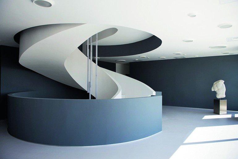 Die Idee für die organische Treppe basiert auf dem Kontrast zur linearen Architektur. Bilder: Francesca Bottazzin