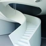 Elegant geschwungen lädt die formschöne Treppe zum Aufstieg ein. Bild: Francesca Bottazzin