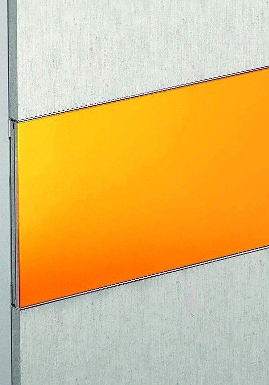 Orangefarbenes Wandpaneel zwischen Sichtbetonplatten. Bild: Fermacell