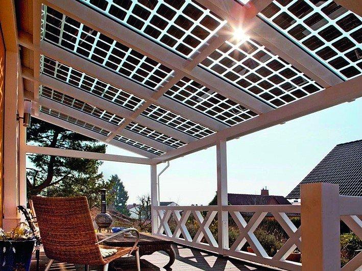 Veranda mit durchsichtigen PV-Modulen als Überdachung. Bild: SI Module